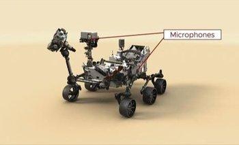 Esta ilustración del rover Perseverance Mars de la NASA indica la ubicación de los dos micrófonos de la nave espacial.