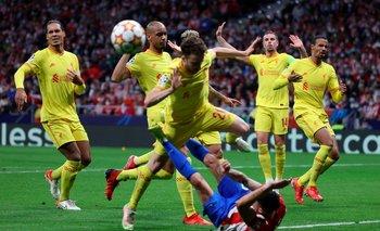 Giménez cae ante el embate de Liverpool