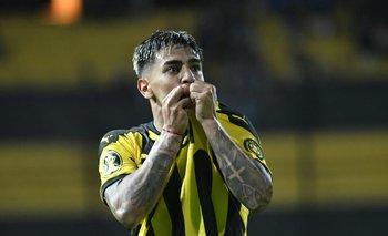 Facundo Torres celebra el 1-0 de Peñarol ante Torque