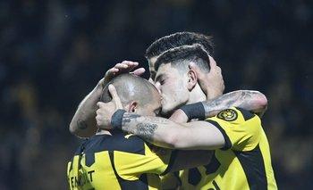 Agustín Álvarez Martínez besa a Walter Gargano por el tercer gol de Peñarol