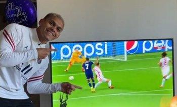 Brian Ocampo mirando a Mbappé por TV