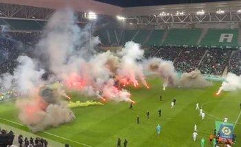 Los aficionados de Saint Etienne llenaron de bengalas el césped de su estadio antes del partido ante Angers, para que renunciara el técnico