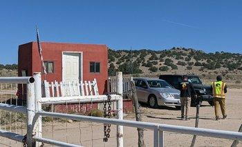 Guardias de seguridad en la entrada de Bonanza Creek Ranch en Santa Fe, Nuevo México, el escenario donde ocurrió la tragedia