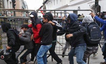 Manifestantes se enfrentaron este martes con la policía en Quito