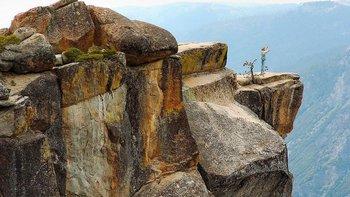 El punto Taft es un famoso mirador en el Parque Nacional Yosemite en EE.UU. Ubicado a unos 900 metros de altura, se ha convertido en un lugar para pedir casamiento