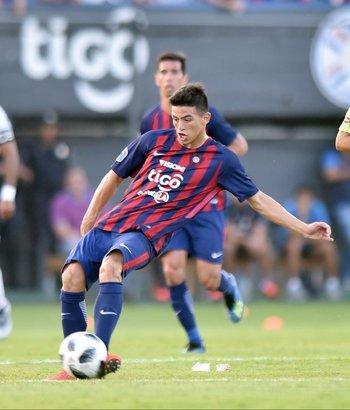 Ovelar definió como todo un veterano en el minuto 16 para abrir la cuenta en el superclásico del fútbol paraguayo