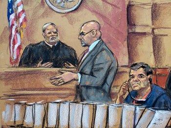 """El narcotraficante mexicano Joaquín """"El Chapo"""" Guzmán mientras escucha a su abogado Eduardo Balarezo ante el juez Brian Cohan, durante una audiencia el 30 de octubre"""
