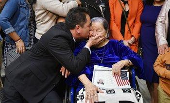 Ramón Bonilla besa a su abuela, María Valles Bonilla, en la ceremonia en la que le dieron la nacionalidad estadounidense