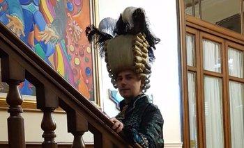 Igor Meneghello, en la sede de Daecpu, con un traje de los que diseñó para el carnaval de Venecia