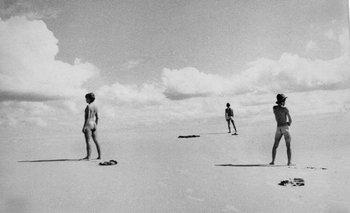 La versión original de Desnudos en la playa