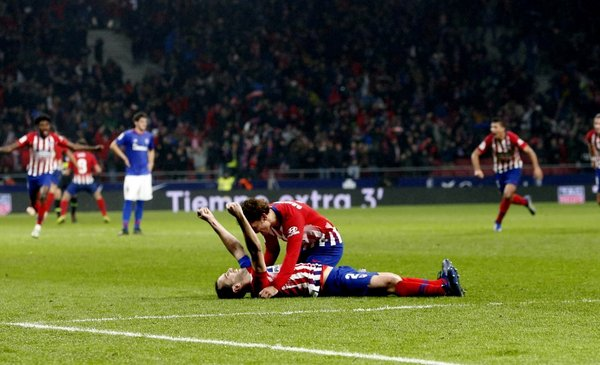 Atlético ganó gracias a un gol de Godín lesionado y en los descuentos