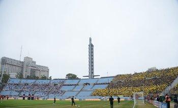 Hinchas de Peñarol y Nacional comparte la tribuna Olímpica en el clásico semifinal