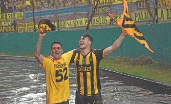 Fabián Estoyanoff y Carlos Rodríguez celebrando el título del Campeonato Uruguayo