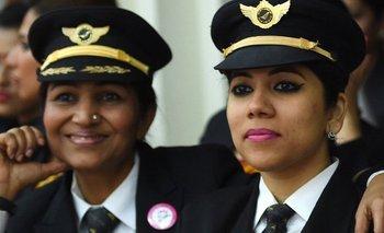 En India, las aerolíneas buscan resolver la alta demanda de viajes aéreos con una mayor contratación de mujeres piloto.