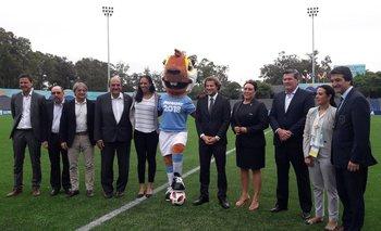 Autoridades de FIFA y AUF en el lanzamiento del Mundial femenino sub 17