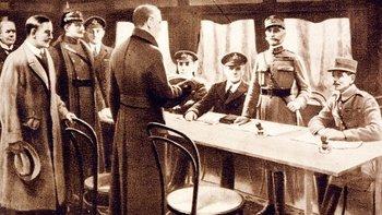 Firma del armisticio en un vagón de tren cerca de París.