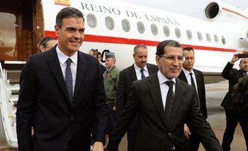 El presidente del Gobierno español, Pedro Sánchez, a su llegada a Rabat donde fue recibido por el primer ministro marroquí, Saadedín Al Othmani (d)