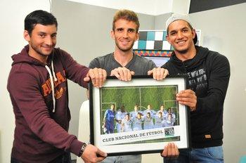 Gonzalo Porras, Iván Alonso y Diego Polenta con el premio de la temporada 2015-2016