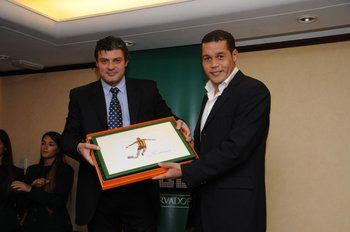 Tito Goncálvez entrega el premio a Darío Rodríguez, mejor defensa de Fútbolx100