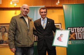 Daniel Daners entrega el premio a Jorge Larrionda en Fútbolx100