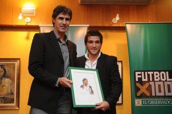 Santiago Ostolaza entrega el premio a Nicolás Lodeiro en Fútbolx100
