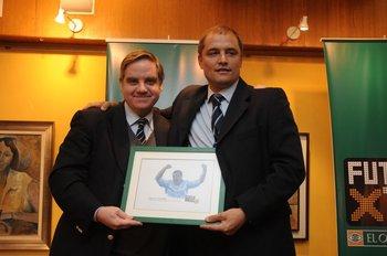 Ricardo Peirano entrega su premio a Diego Aguirre en Fútbolx100 de 2009-2010