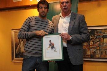 Rodolfo Rodríguez entrega el premio a Rodrigo Muñoz en Fútbolx100 de 2009-2010