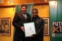 José Batlle Perdomo entrega el premio de Fútbolx100 en 2009-2010 a Egido Arévalo Ríos