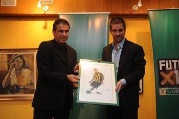 Pablo Bengoechea entrega el premio a Antonio Pacheco mejor jugador del Uruguayo 2009-2010 en Fútbolx100