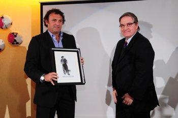 Marcelo Tulbovitz recibe el premio de Fútbolx100 de manos de Ricardo Peirano