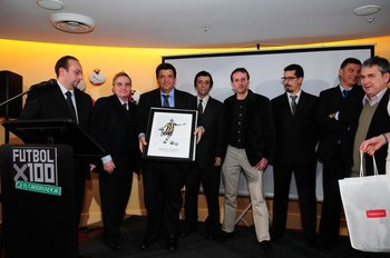 Los periodistas de Referí entregan a Jorge Barrera, en representación de Zalayeta, el premio a mejor de 2012-2013 de Fútbolx100