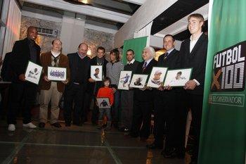 Los ganadores de Fútbolx100 de la temporada 2008-2009: Santiago García, Dante Prato, Fernando Sobral, Jorge Larrionda, Julio Marchant, Diego De Souza, Ricardo Alarcón, Javier Carballo, Sebastián Coates
