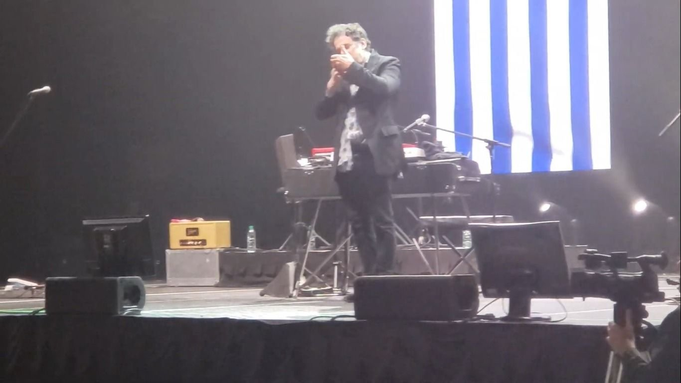 Andrés Calamaro tomó mate y fumó marihuana durante un show en Uruguay