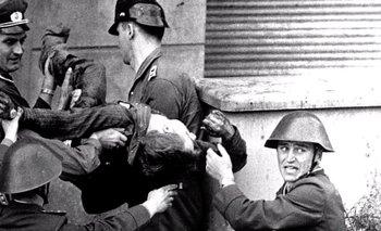 Guardias de Berlín oriental cargan el cadáver de Peter Fechter, quien fue ametrallado cuando pretendía cruzar el muro hacia occidente