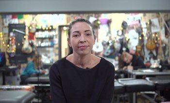 Kerry Irvine tatúa pezones a mujeres que se han sometido a una mastectomía