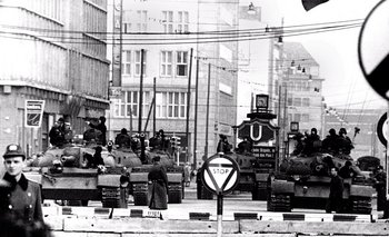 Tanques soviéticos T-55 frente al muro de Berlín en octubre de 1961