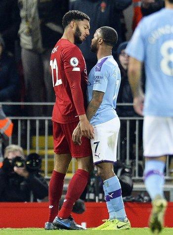 El cruce de Gomez y Sterling en el partido entre Liverpool y City