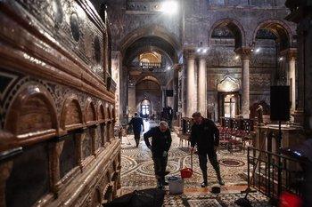 Trabajadores sacando agua de la catedral de San Marcos