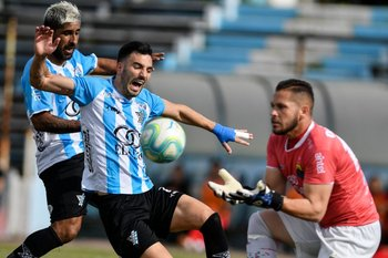 Facundo Peraza, delantero de Cerro, frente a Andrés Samurio, golero de Rampla.