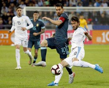 Matías Viña ante la marca de Lionel Messi