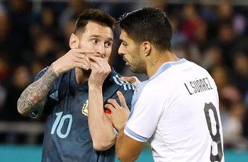 Messi le protestó a su amigo Suárez por las patadas que recibió