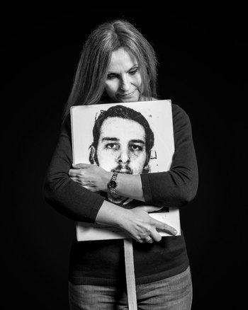 La escritora Claudia Amengual junto al retrato del estudiante Enrique Lucas López