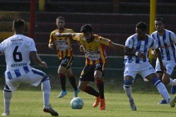 Leandro Sosa, volante de Progreso, con el balón