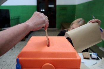 Un ciudadano inserta el sobre con su voto en el balotaje de 2019