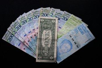 La moneda nacional venezolana es el bolívar. Sin embargo, se popularizó el uso del dólar
