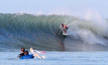 Lacalle Pou haciendo surf en Las Flores, El Salvador.