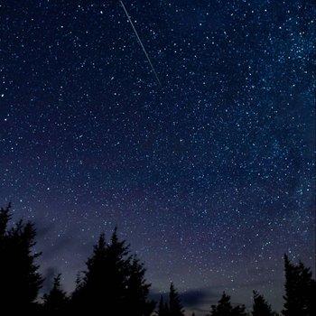 Fotografía de una lluvia de meteoros.
