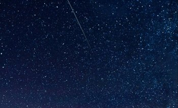 En esta exposición de 30 segundos, un meteorito cruza el cielo durante la lluvia de meteoros Perseidas anual el jueves 13 de agosto de 2015 en Spruce Knob, Virginia Occidental.