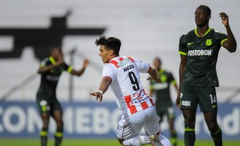Arezo ante la desazón de los jugadores de Atlético Nacional