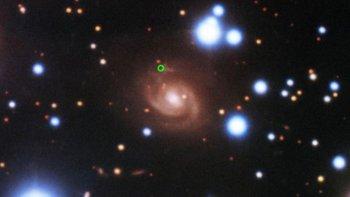 Una imagen de una ráfaga rápida de radio (en verde), tomada con el telescopio Gemini Norte en Hawái. [Foto de archivo: enero 2020]